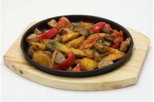 Жаркое с овощами (подается в горячей сковороде)